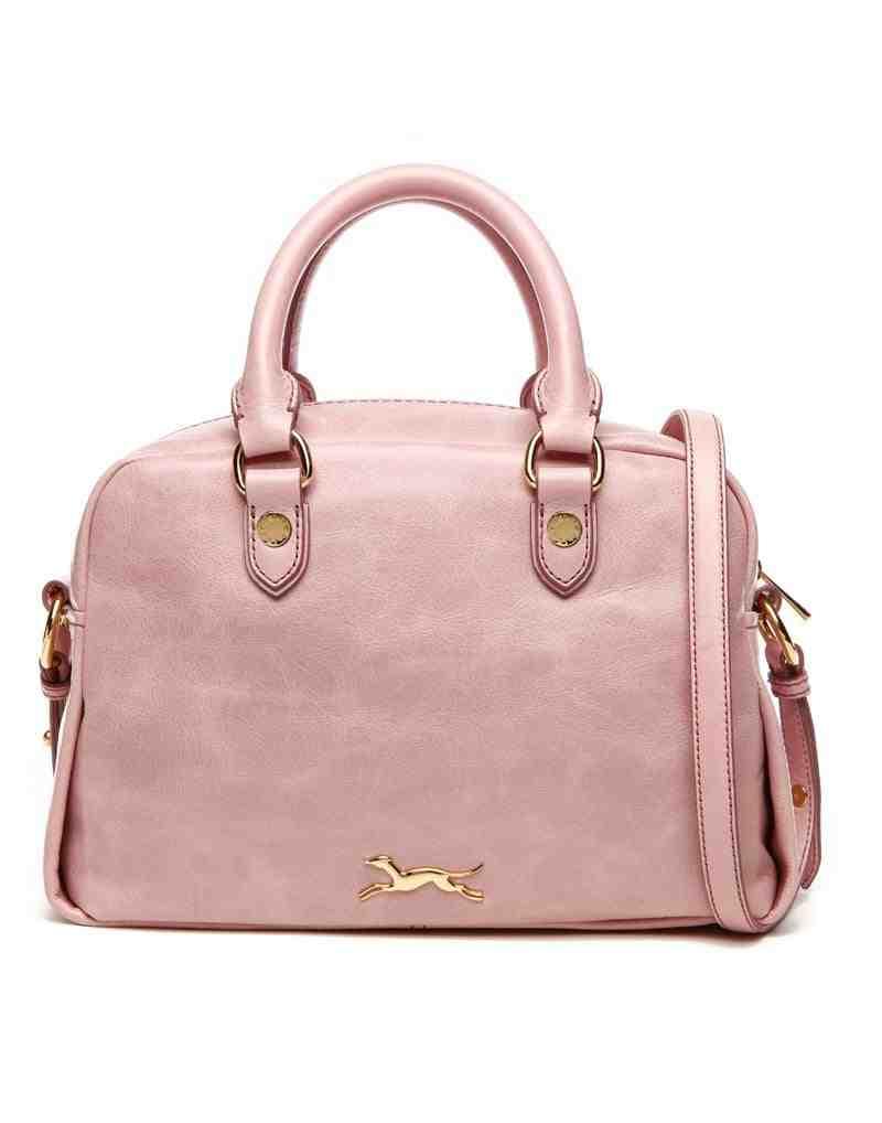 Comment porter le sac à bandoulière d'une femme?