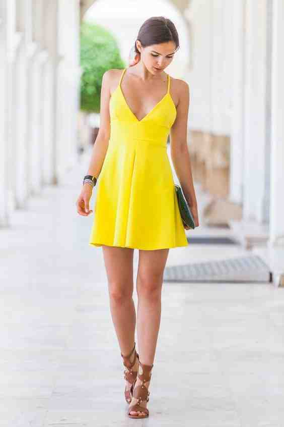 Quel genre de pochette avec une robe jaune?